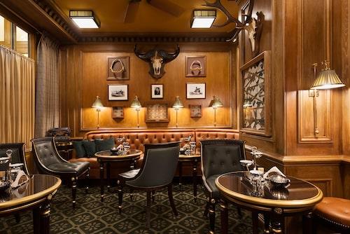 Skinnfåtöljer och bilder på väggarna skapar en speciell atmosfär på The Bar Hemingway i Paris.