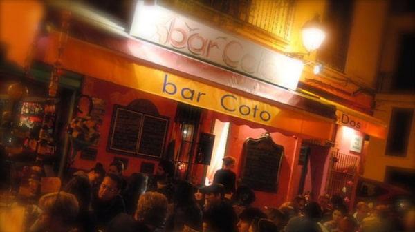 Bar Coto har en stor uteservering.