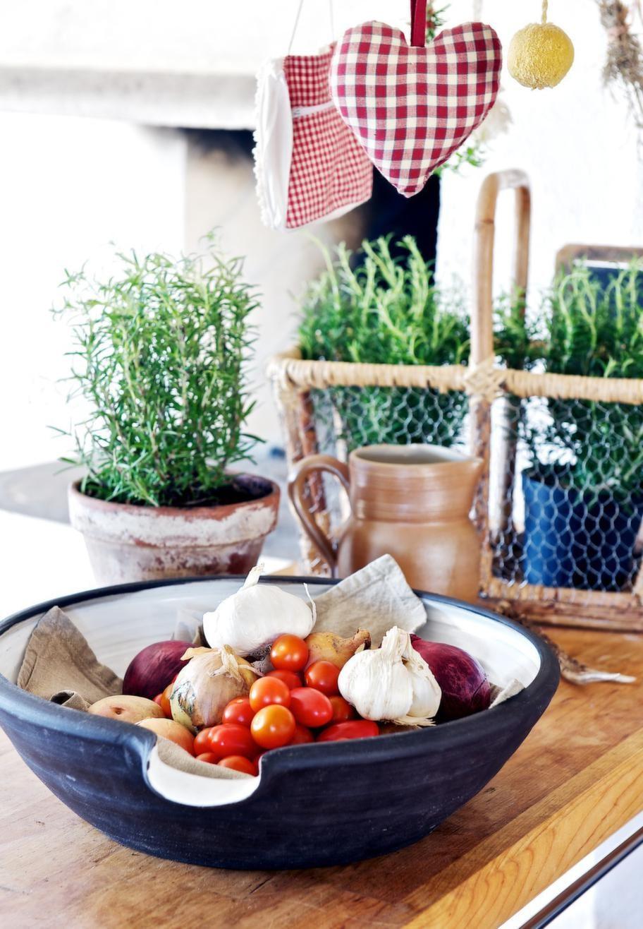 LANTLIGT<br>Kryddor och grönsaker hör till i ett fint lantkök.