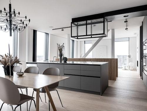 Köket är specialdesignat och platsbyggt i grått.