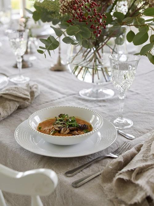 Elin har lagat till en god mustig soppa på sötpotatis, toppad med vitlöksmarinerade champinjoner och smörstekt grönkål toppad med solrosskott.