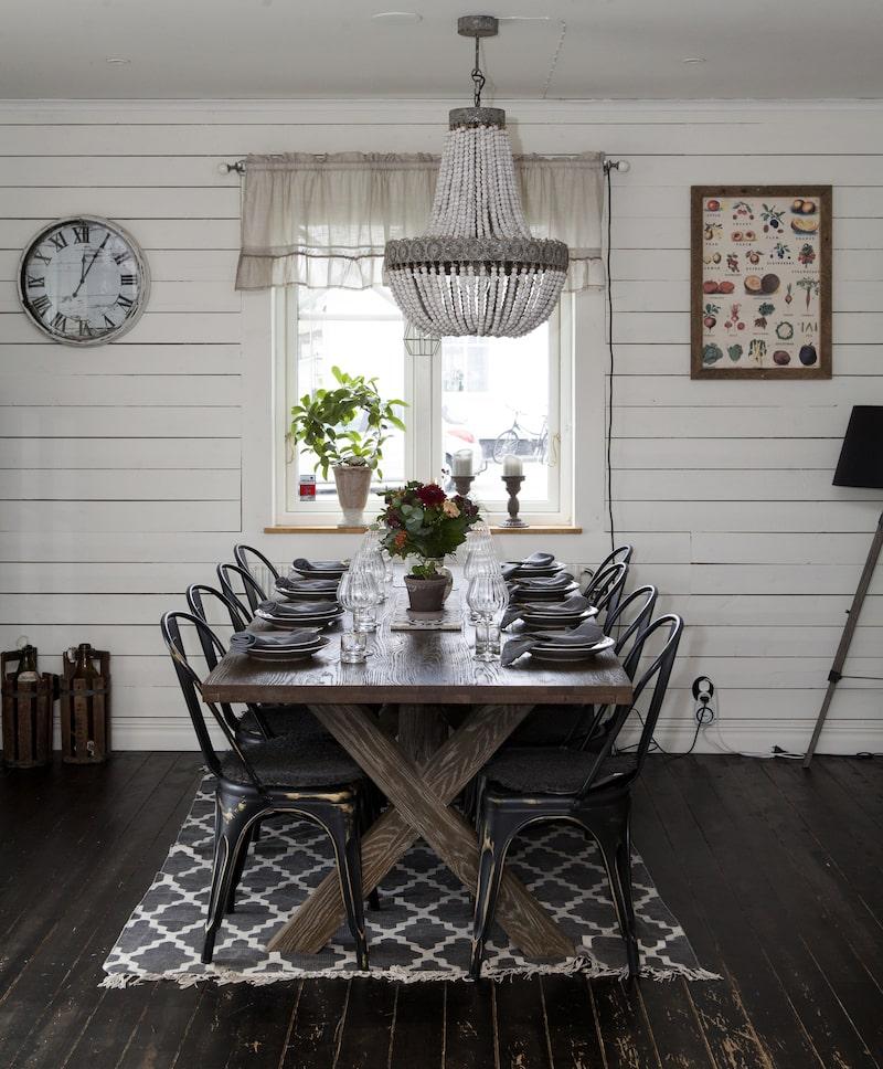 I matsalsdelen på nedervåningen står ett matbord köpt på Mio, lampan är från Olson & Jensen, stolarna från Reform STHLM, taillrikar från Gekås och mattan från Dollarstore.