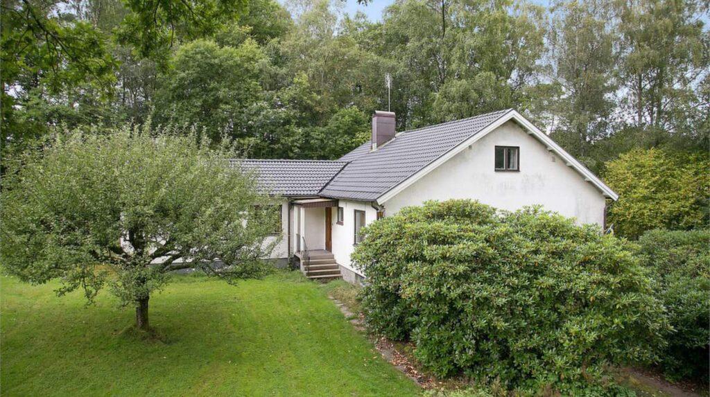 Huset ligger fint vid sjön och har en stor trädgård.
