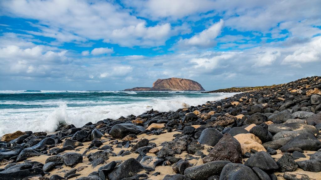 Den ligger omkring 30 minuter från Lanzarote.