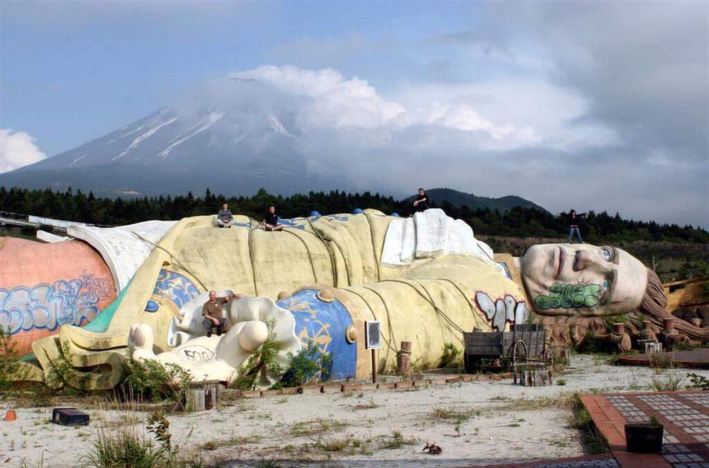 "<p>Gullivers kungarike i Japan ligger ett stenkast från ""självmordsskogen"". Foto: <a href=""https://www.flickr.com/photos/mutantmandias/334922922/in/photolist-9RrTSy-ema1SK-9RrUVw-9Rp4mV-9Rp2rP-9RrSCE-9RrTyb-9RoWJr-9Rp5iv-9RrSby-9RoXHP-9Rp2Ng-9RoXok-9RrRJJ-vAyV9-9RrTeG-9RrVS3-9RoWUp-9RrXSY-9Rp3xx-9RrXjE-9RoZ8g-9Rp1LH-9Rp43c-9RrUdY-9RrWyj-9RoYyR-9RrRRQ-9Rp4Gn-9RrYhS-9RrXE5-9RrW5q-9RoX4F-9Rp5UM-vAyid-vAyUj-vAyfU"" target=""_blank"">Flickr/Mandias</a></p>"