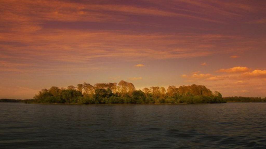 Det krävs båt för att ta sig till ön med den övergivna parken.