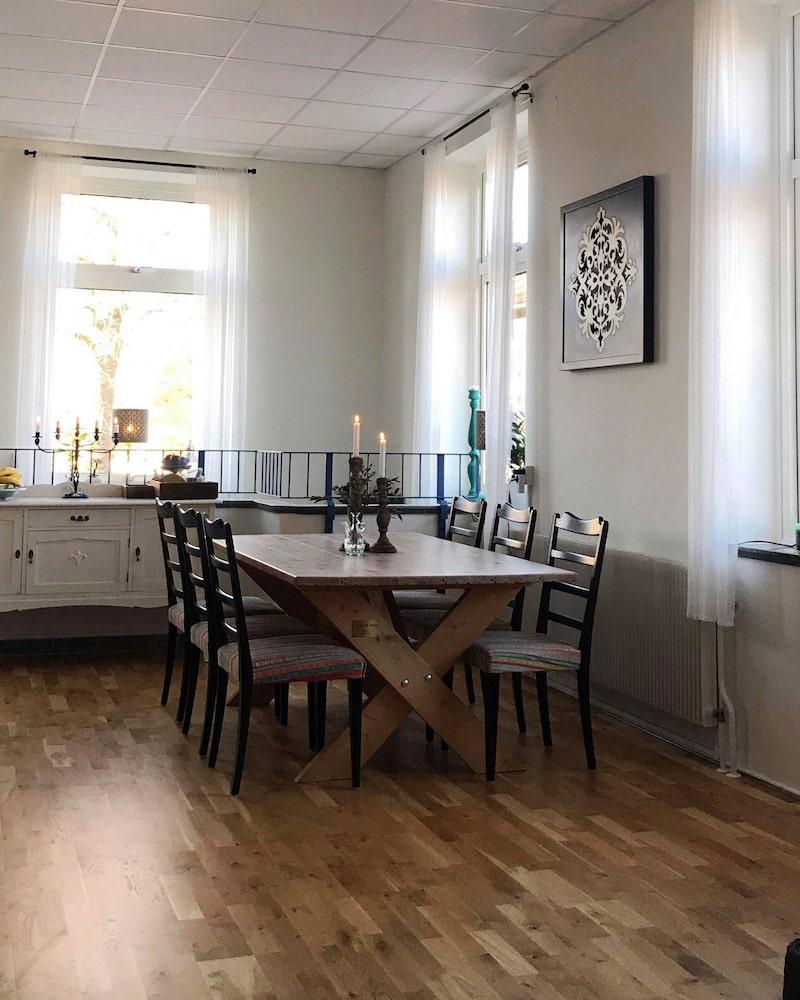 I köket ligger det gamla marmorgolvet kvar men på vissa delar har det bytts ut till parkett.