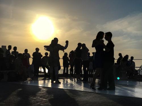 Utefter Sea Point Promenade sjuder det av aktivitet. Vissa söndagar anordnas solnedgångstango.