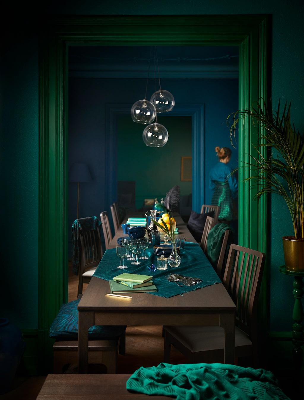 Ekedalen serie. Utdragbart bord, 1795 kronor. Mörkbrun.  Stol, 495 kronor styck. Mörkbrun/ Orrsta ljusgrå.  Bänk, 799 kronor. Mörkbrun.