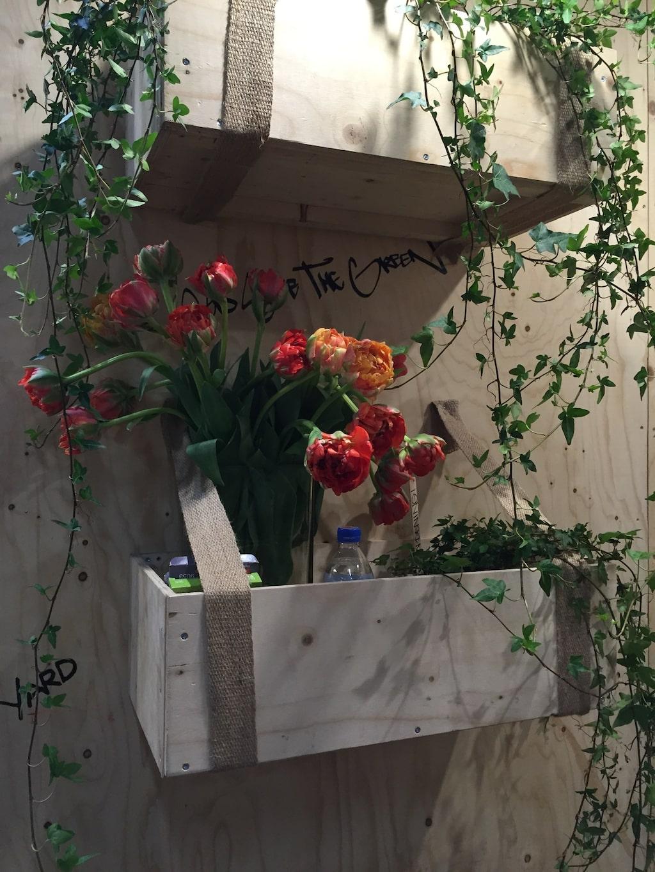 Smarta vägghängda lådor hos Yard ect som gör både trädgårdsutrustning och hudvård.