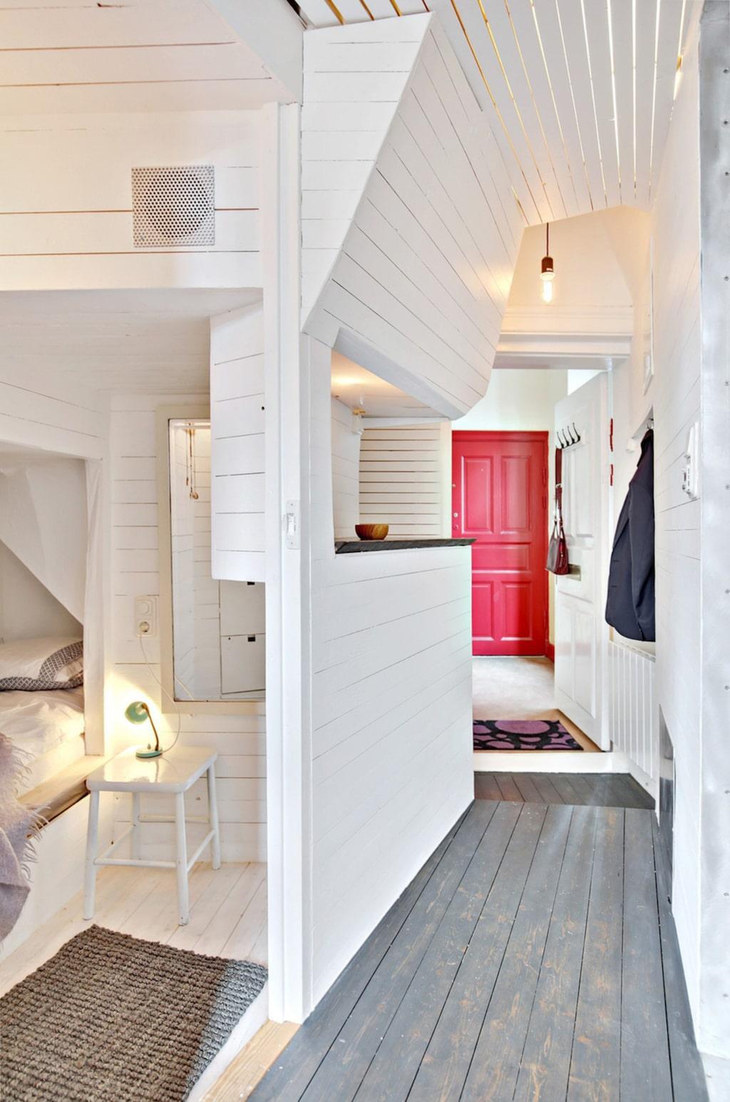 Entrén och sovutrymme med plats dubbelsäng till vänster.