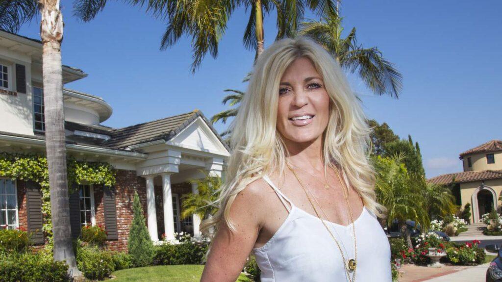 Maria Montazami öppnar upp sitt hem och visar oss runt i det fantastiska huset i Orange County i USA.