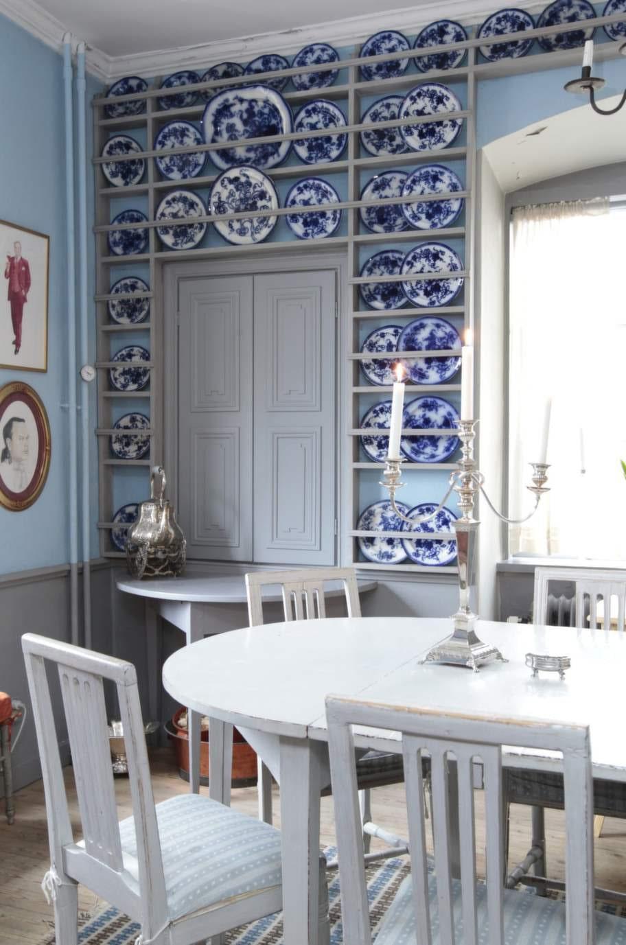 Frukostrum. Gustavsbergs Blå krasse pryder väggarna i porslinsköket. Den provinsiella gustavianska matsalsgruppen, från tidigt 1800-tal, har sitt ursprung i Bergslagen.