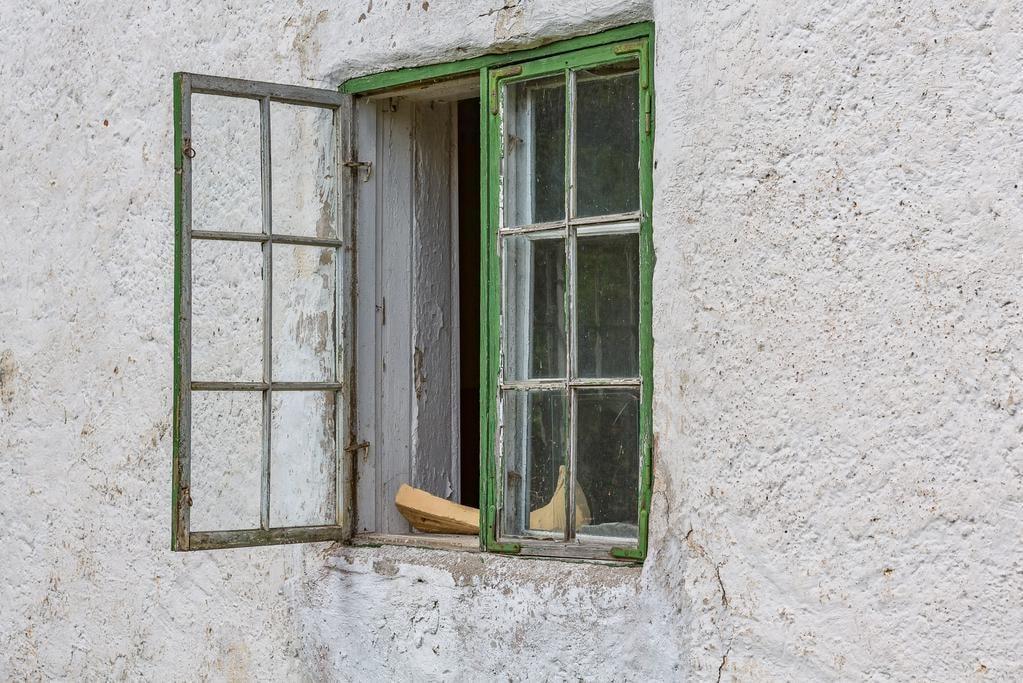 Charmiga gamla träfönster i grönt.