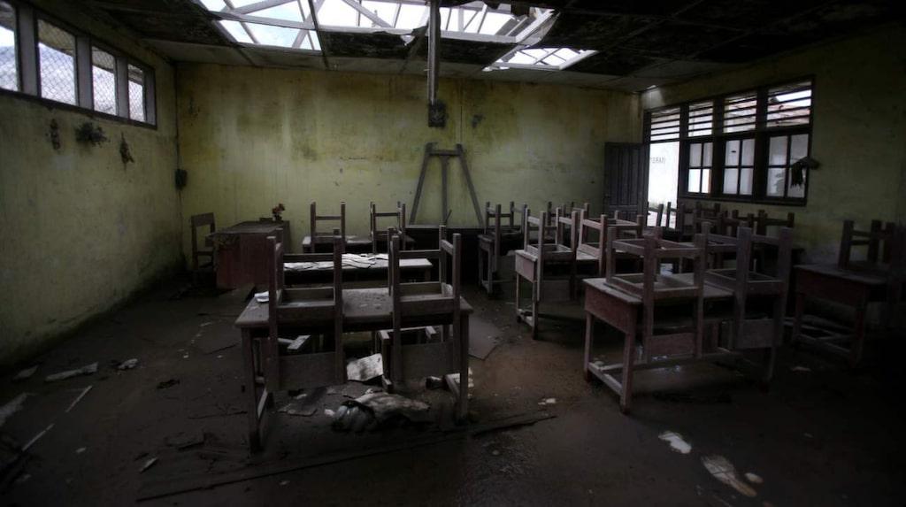 <p>Stolar och papper kvar i det gamla klassrummet i en övergiven skola i Simacem, i Indonesien.</p>