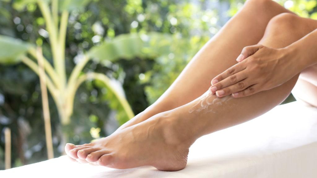 Återfukta huden med en bra bodylotion.