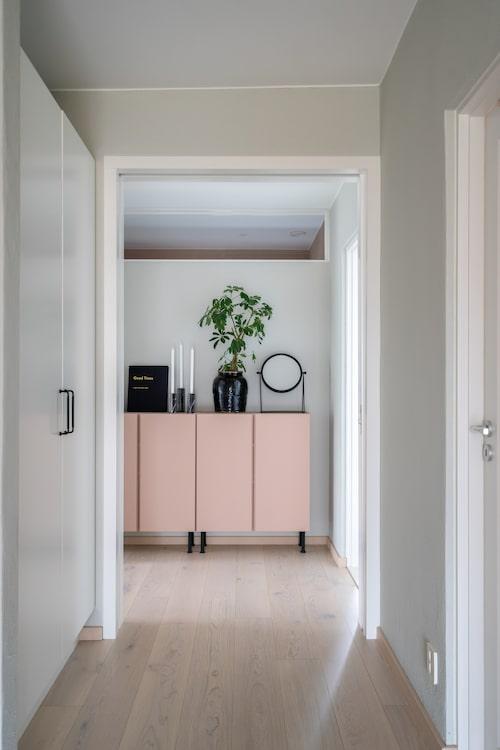 Garderoberna i korridoren som leder in till båda sovrummen, badrummet och tvättstugan, ger hemmet extra förvaringsutrymme. Skåpen rakt fram är målade i samma rosa kulör som den walk-in closet som man skymtar genom det avlånga fönstret. Skåp, Ikea.
