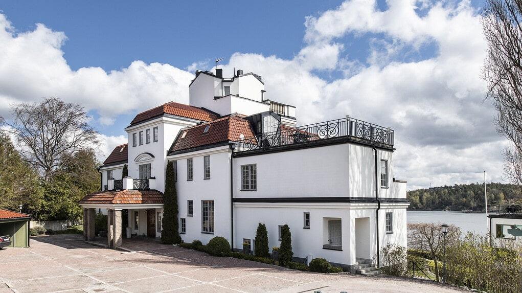 Den pampiga villan på 1000 kvadratmeter från 1910 bodde en familj i på den tiden. I dag är det omgjort till fem lägenheter.