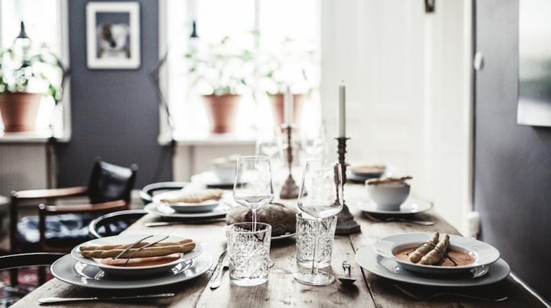 Uppdukat bord med soppa och bröd.