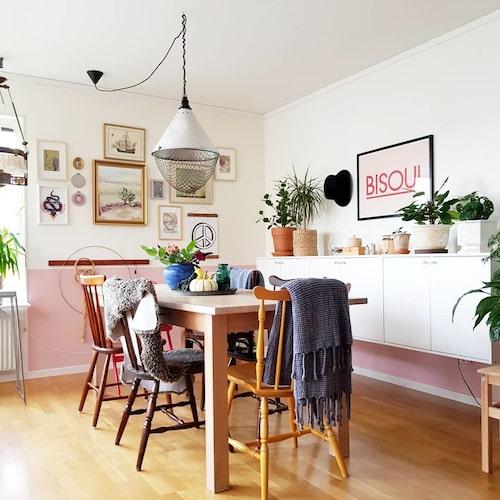 """""""Vardagsrummet hade en grönmelerad tapet när vi flyttade in som gjorde rummet mörkt och murrigt, så vi målade om i vitt och rosa."""""""