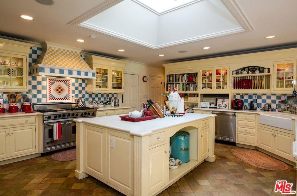 I det här köket finns gott om plats för matlagning.