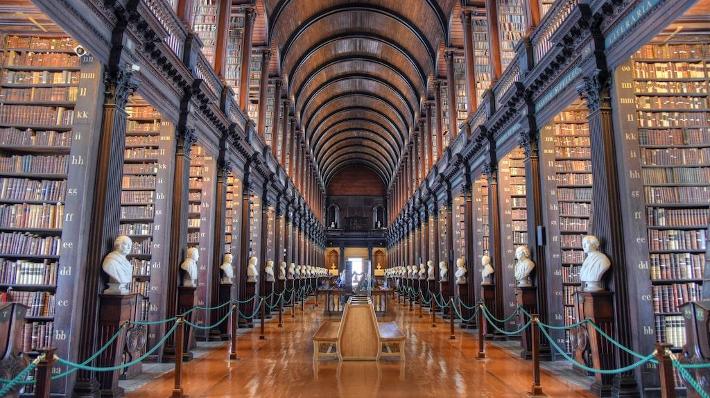 """Passa på att titta in det gamla biblioteket på Trinity College om du ändå är här för att titta på """"Book of Kells""""."""
