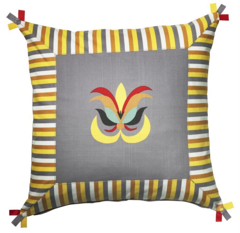 Åkerkulla kuddfodral har ett broderat mönster mitt på, 50x60 centimeter, 49 kronor, Ikea.