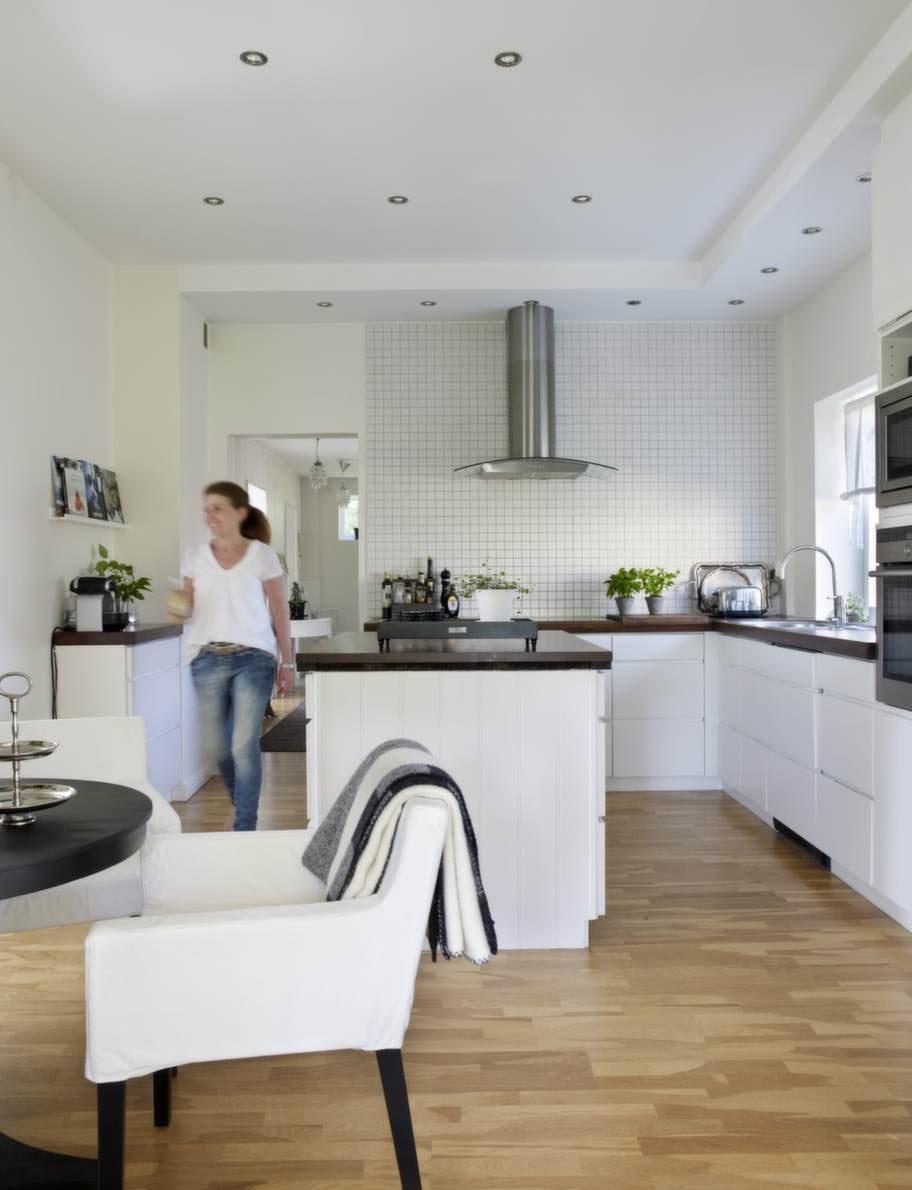 Kökets moderna stil smälter bra in i husets sekelskiftesanda. Köksskåpen är från Kvik.
