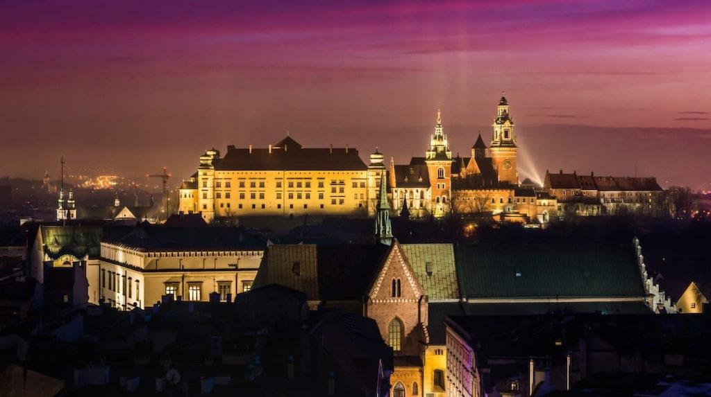 Att en öl kan kosta så lite som åtta kronor för en halvliter spelar säkert in för det populära nattlivet i Krakow.