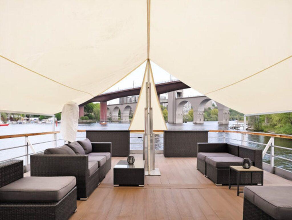 Utomhusdäcket är på 100 kvadratmeter och takterrassen på 80 kvadrat så här finns gott om utrymme för både solbadande, loungegrupper och stora middagar och fester.