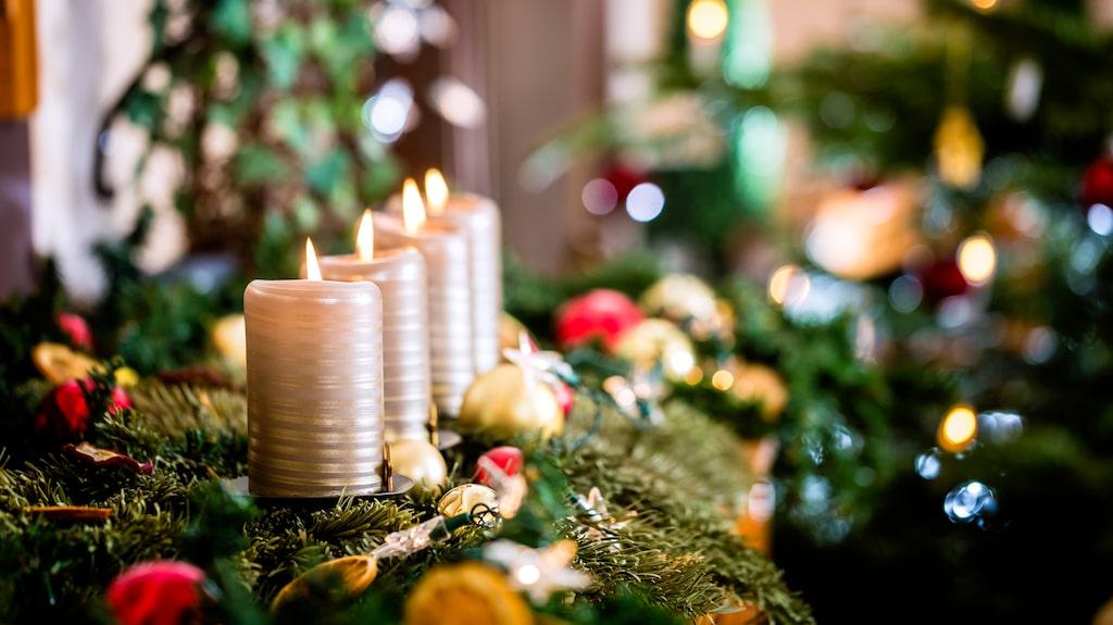 Precis som advent räknar ner till julafton så räknar novent ner helgerna till advent. Du tänder ljus varje söndag, men åt fel håll. Du börjar alltså med att tända ljuset längst till höger. Sedan möts novent och advent på det fjärde ljuset (första ljuset från vänster) som blir starten på advent!