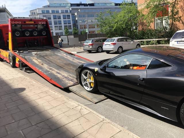 baa437218a28 En bilbärgare beställdes för att frakta bort den beslagtagna miljonbilen,  en Ferrari 458 Coupé.