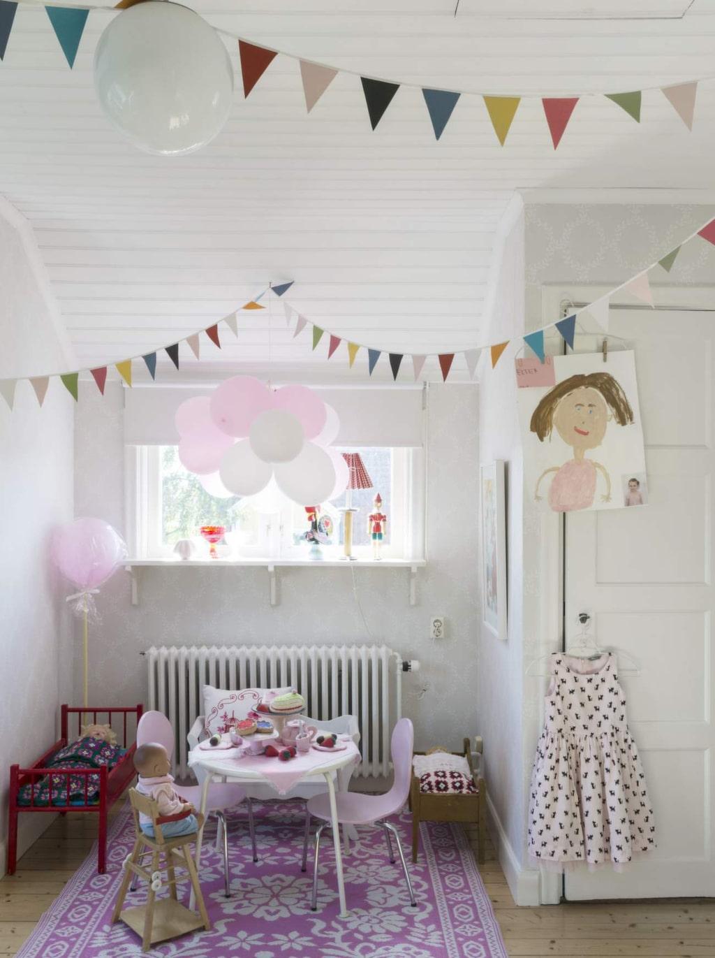 Esters rum med matta från Rusta, bord från Ikea, små stolar från Duka home, dockans stol från Åsas barndom. Docksängar gamla. Den röda hade Åsa och lekte med som liten, den bruna är en gåva. Vimplar från Lagerhaus.