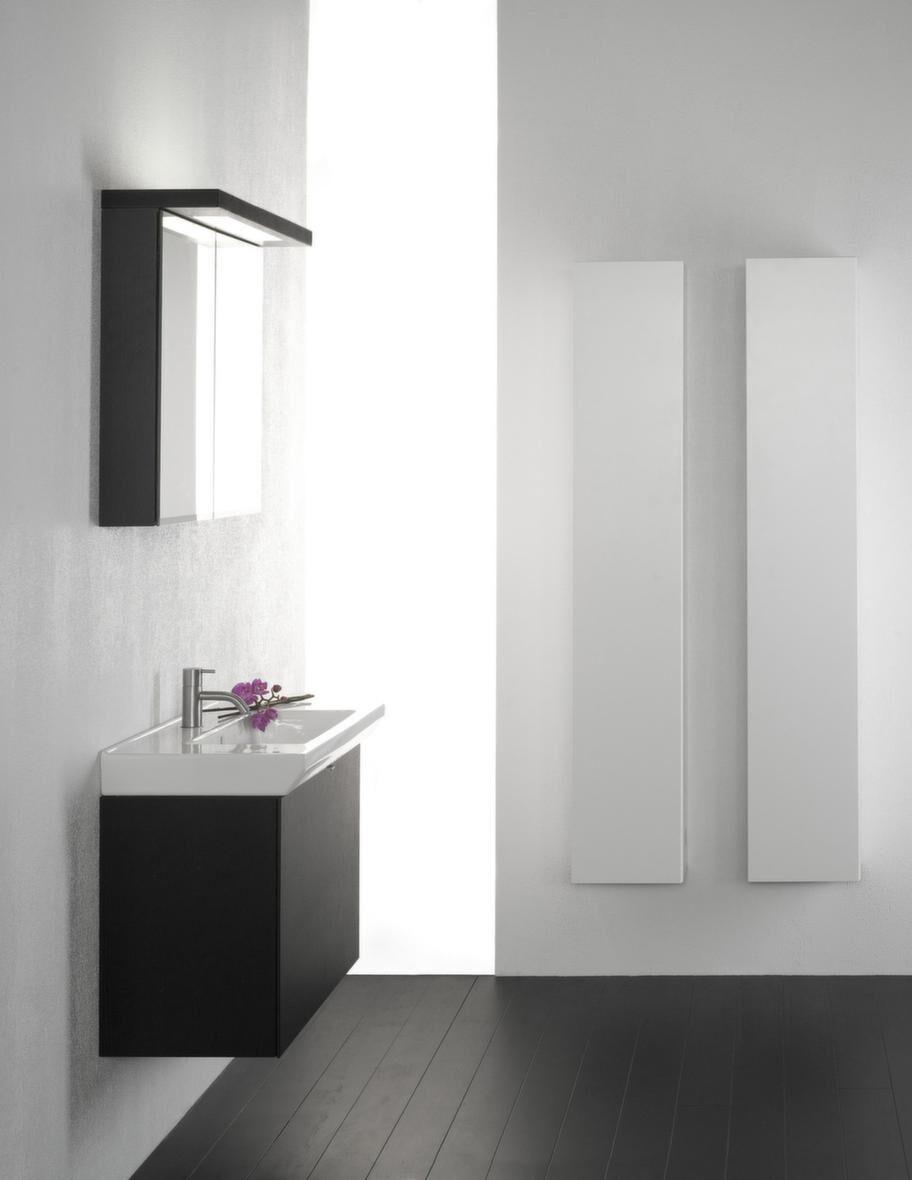 """<span style=""""text-decoration: underline;"""">Lysan, Aspen - Perfekt för små badrum</span><br>Lysan är designad för badrum med begränsat utrymme. Underskåpet är 33 centimeter djupt men bakom lådfronten döljs två lådor. Spegelskåpet har eluttag, frostad nedre kant för att undvika fingeravtryck på luckorna och prylhållarmagnet. Skåpstommar och lådfront i svartlackerad ekfaner. Levereras monterad.<br>Pris: Underskåp, 5 020 kronor, tvättställ, 3 450 kronor, spegelskåp, 7 325 kronor, högskåp, 3 395 kronor/styck, Grepp L, 170 kronor."""