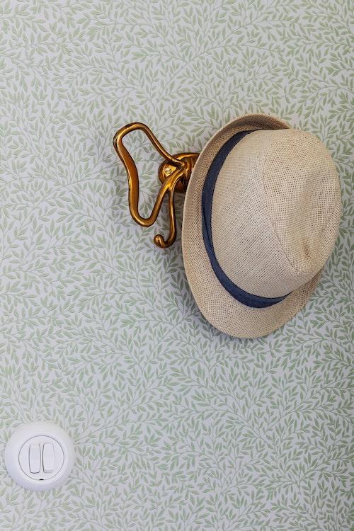 hallen valde Cecilia och Magnus en klassisk tapet av William Morris. Krok från Svenskt Tenn och hatt från HM.