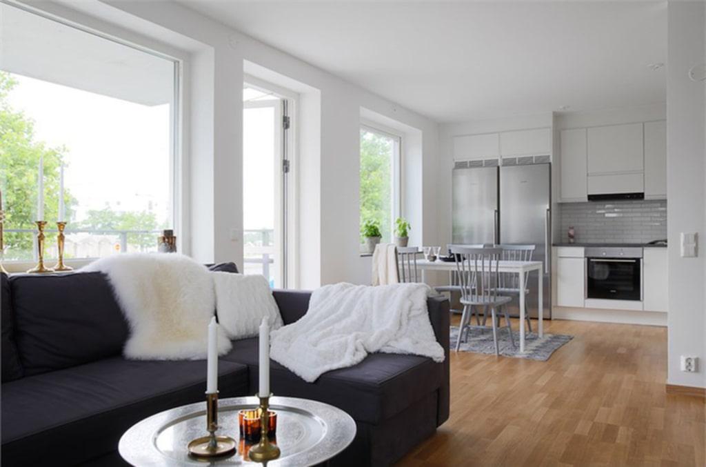 Lägenheten på 72 kvadratmeter har ett kombinerat kök och allrum med plats för ett stort matbord.