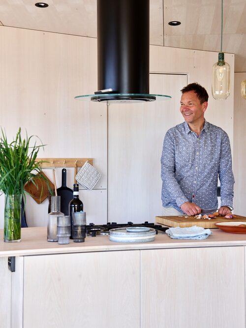 En vy man inte tröttnar på. Det går att stå och laga mat i köket samtidigt som man vilar ögonen på horisonten. Italiensk gasspis, Bertazzoni.