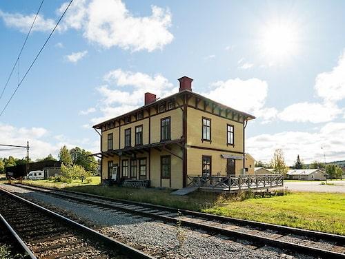För 345 000 kronor kan det här charmiga gamla stationshuset i Skorped väster om Örnsköldsvik bli ditt.