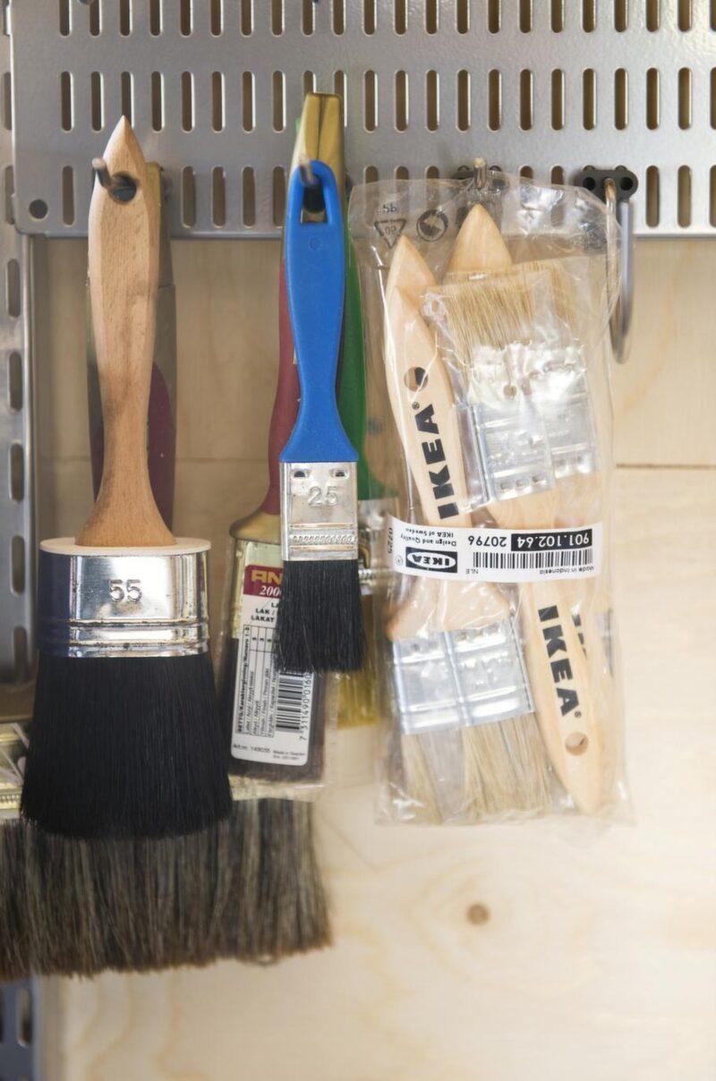 ORDNING &amp; REDA<br>Utnyttja väggarna maximalt. Det är då det blir ordning. Smått och gott, sladdar och annat småfix är sorterat i stora och små plastlådor.