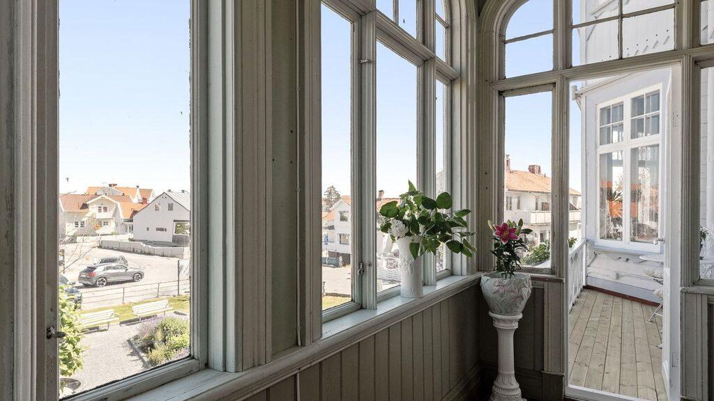 Glasverandan har utgång till en av husets balkonger.