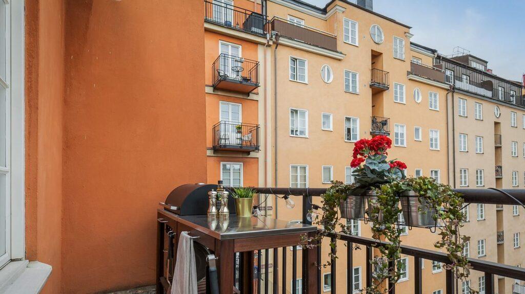 Vill man inte grilla på gården går det bra att göra det på den rymliga balkongen.