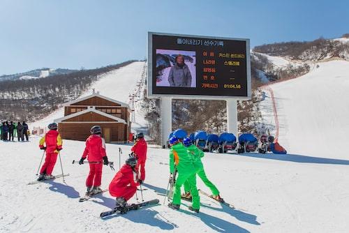 Snön vid liftarnas på- och av-stigningsplatser är skyfflade i exakta vinklar.