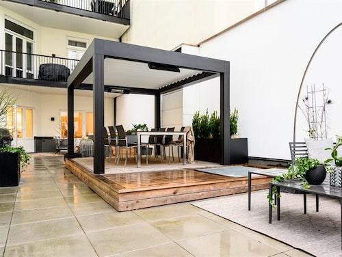 Uteplats på 115 kvadratmeter hör till lägenheten.