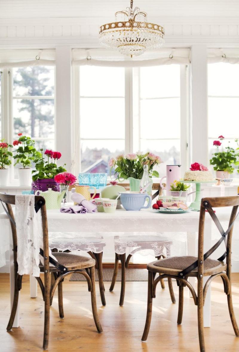 <strong>Dukning</strong><br>Välj vackra pasteller för den perfekta dukningen. I fönstret, vita krukor, 39 kronor, Ikea. Lila kruka, 79 kronor, Kullö handelsträdgård. På bordet, vit spetsduk, (gardin), 79 kronor, Ikea. Lila kruka, 299 kronor, Kullö handelsträdgård. Grön tekanna, 449 kronor, lila servetter, 79 kronor, gul kanna, 379 kronor, gröna muggar, 99 kronor, porslinsskedar, 59 kronor, turkosa glas, 99 kronor, allt från Syster lycklig. Prinsesstårta, privat. Grön kanna, 499 kronor, Leilas general store. Blå bakskål, 149 kronor, vattenflaska, 99 kronor, båda från Syster lycklig. Rosa emaljkastrull, 249 kronor, Leilas general store. Rosa termos från Stelton, 499 kronor, Salta stänk. Kakfat i turkos, 300 kronor, Fabulös keramik. Grönt tårtfat, 729 kronor, Leilas general store.