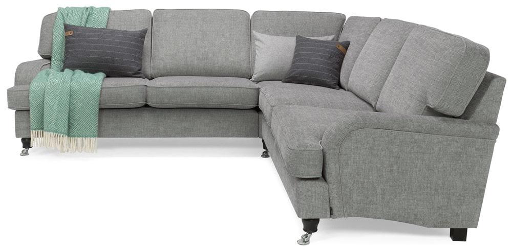 York hörnsoffa – en lyxig soffa med plats för många och med vändbara sitt- & ryggkuddar och ben med hjul i krom. Ordinarie pris: 16450 kronor. Mellandagspris: 8225 kronor.
