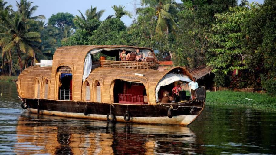 Åk båt i Backwaters.