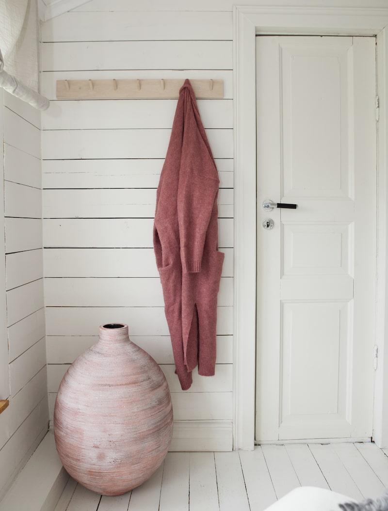 Den stora rosa urnan är köpt på Svenems i Ulricehamn.