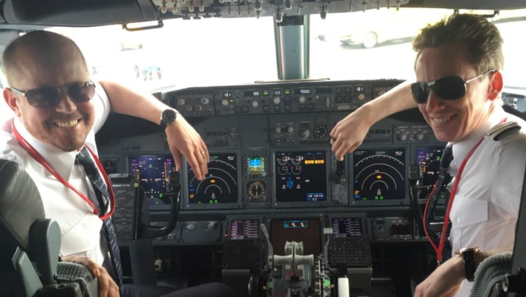 Flygkapten Jakob Stolpe och styrman Jonas Rosin på Norwegian visar säkerhetsrutiner och svarar på Maria Celins frågor.