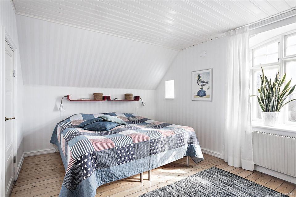 Det största av tre sovrum, har också en rejäl klädkammare. På andra plan.