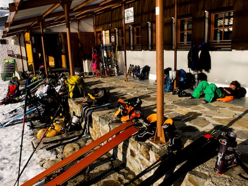 Weisbadener Hütte ligger på 2 443 meters höjd vid foten av Piz Buin i hjärtat av Silvrettamassivet. På vårvintern är bergshyttan ett populärt lunchstopp för skidbestigare i området.